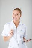 Bello giovane interno medico femminile con il computer della compressa Immagini Stock Libere da Diritti