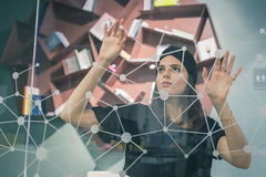 Bello giovane lavorare castana ad uno schermo virtuale Fotografia Stock Libera da Diritti