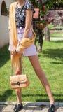 Bello giovane modello attraente della donna con le gambe lunghe che posano dentro fotografia stock