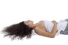 Bello giovane modello di moda femminile che si trova sul pavimento Fotografia Stock Libera da Diritti