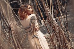 Bello giovane modello di moda in vestito bianco all'aperto Immagini Stock Libere da Diritti