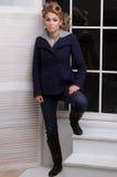Bello giovane modello di modo nella posizione del cappotto Immagine Stock