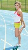 Bello giovane modello femminile di forma fisica (allungare) Fotografie Stock Libere da Diritti