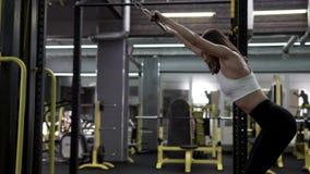 Bello giovane modello femminile esile Training Back Muscles di forma fisica stock footage