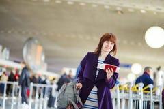 Bello giovane passeggero femminile all'aeroporto Immagini Stock Libere da Diritti