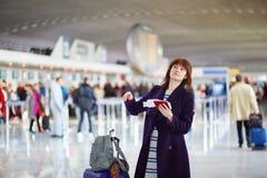 Bello giovane passeggero femminile all'aeroporto Fotografia Stock