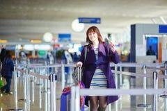 Bello giovane passeggero femminile all'aeroporto Fotografia Stock Libera da Diritti