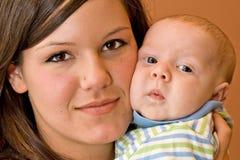 Bello giovane ragazzo dell'infante e della madre Immagine Stock Libera da Diritti