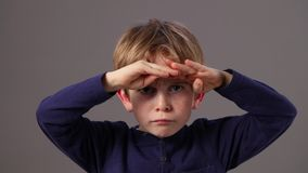 Bello giovane ragazzo infelice che aggrotta le sopracciglia nel distogliere lo sguardo o avanti archivi video