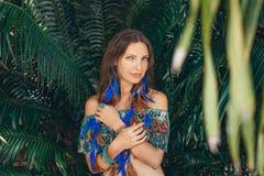 Bello giovane ritratto alla moda della donna su fondo tropicale Fotografie Stock Libere da Diritti