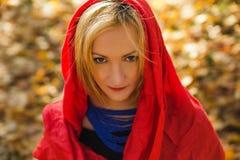 Bello giovane scialle d'uso dell'avorio della donna elegante il giorno di autunno Immagine Stock Libera da Diritti