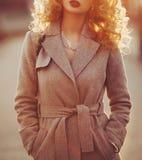 Bello giovane sorridere moderno della donna felice e allegro in cappotto di trincea fotografie stock libere da diritti