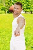 Bello giovane sportivo Fotografie Stock Libere da Diritti