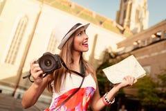 Bello giovane turista femminile nella città fotografia stock libera da diritti
