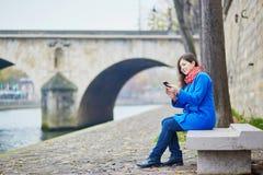 Bello giovane turista a Parigi un giorno di molla o dell'autunno Fotografia Stock Libera da Diritti