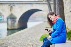 Bello giovane turista a Parigi un giorno di molla o dell'autunno Fotografie Stock Libere da Diritti