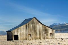 Bello granaio con le montagne dell'Idaho nell'inverno Fotografia Stock