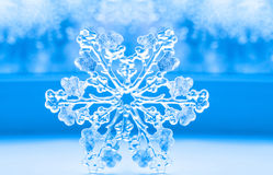 Bello grande fiocco di neve su un fondo blu Fotografia Stock Libera da Diritti