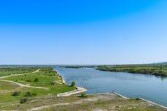Bello grande fiume Olt con le isole verdi in un giorno di estate soleggiato luminoso immagini stock libere da diritti