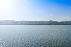 Bello grande fiume Olt con le isole verdi in un giorno di estate soleggiato luminoso fotografia stock