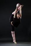 Bello gymnast con la sfera fotografia stock