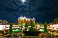 Bello hotel di località di soggiorno alla notte Immagini Stock
