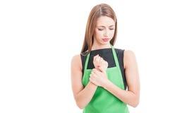 Bello impiegato femminile con dolore del polso Fotografie Stock Libere da Diritti