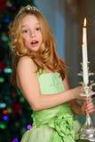 Bello incantando bambino ragazza abbastanza bionda sui precedenti di un albero del nuovo anno Immagini Stock