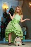 Bello incantando bambino ragazza abbastanza bionda sui precedenti di un albero del nuovo anno Fotografie Stock