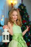 Bello incantando bambino ragazza abbastanza bionda sui precedenti di un albero del nuovo anno Immagine Stock