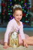 Bello incantando bambino ragazza abbastanza bionda sui precedenti di un albero del nuovo anno Immagine Stock Libera da Diritti