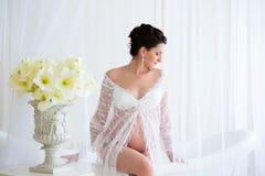 Bello incinto in veste da camera bianco leggero del pizzo nel bagno Fotografia Stock