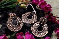 Bello indiano artificiale orientale dei gioielli dell'oro, arabo, Africano, egiziano Accessori esotici di modo, gioielli asiatici fotografie stock libere da diritti
