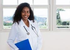 Bello infermiere dell'America latina con l'archivio del paziente Fotografia Stock Libera da Diritti