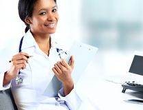 Bello infermiere pediatrico femminile afroamericano Fotografie Stock Libere da Diritti