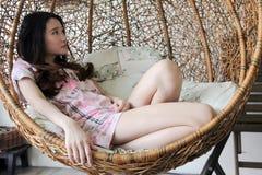 Bello inginocchiamento asiatico della donna immagini stock