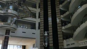 Bello ingresso nell'hotel con un elevatore video d archivio