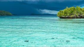 Bello inizio blu di temporale di Lagoone poco prima, Gam Island, Papuan ad ovest, Raja Ampat, Indonesia Immagine Stock