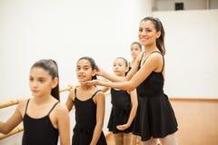 Bello insegnante di ballo sul lavoro Fotografie Stock