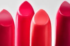 Bello insieme dei rossetti nei colori rossi Raccolta del cosmetico di bellezza Il modo tendenza a cosmetici con le labbra luminos Immagini Stock