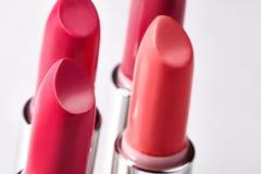 Bello insieme dei rossetti nei colori rossi Raccolta del cosmetico di bellezza Il modo tendenza a cosmetici con le labbra luminos Fotografia Stock