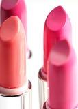 Bello insieme dei rossetti nei colori rossi Raccolta del cosmetico di bellezza Il modo tendenza a cosmetici con le labbra luminos Fotografie Stock Libere da Diritti