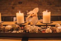 Bello interior design di legno con le candele accoglienti fotografia stock