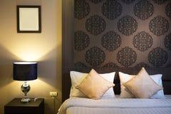 Bello interno della camera da letto nella nuova casa di lusso immagini stock libere da diritti