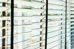 Bello interno della decorazione della finestra dei ciechi di stanza fotografia stock libera da diritti