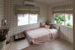 Bello interno della stanza con i pavimenti di legno duro e la vista di nuova casa di lusso Fotografia Stock