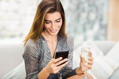 Bello invio di messaggi di testo della donna sul telefono cellulare fotografie stock