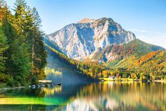 Bello lago in alpi austriache Autumn Landscape immagini stock