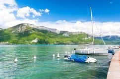 Bello lago Annecy in alpi francesi, Francia Fotografia Stock