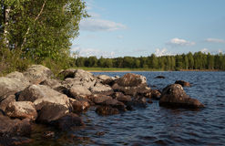 Bello lago in Carelia fotografia stock